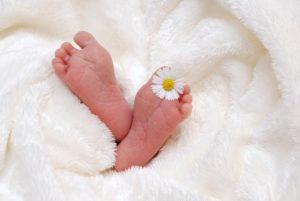 Babyfüße nach der Geburt
