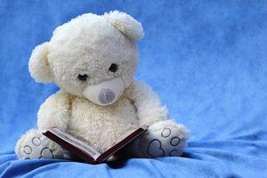 Teddybär im Kinderbett