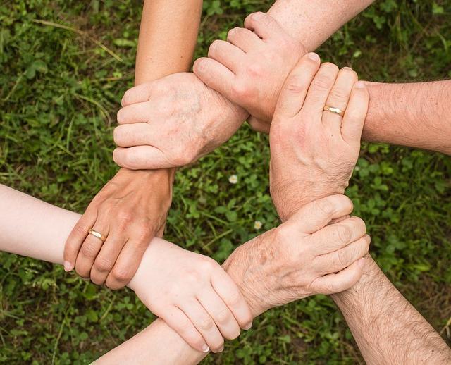 Hände reichen in der Familie