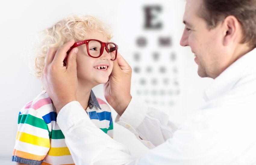 Kind mit Brille beim Augenarzt